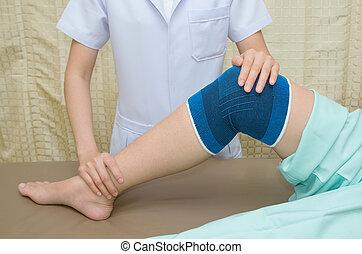 patient, machen, physisch, übungen, mit, körperliches therapist, in, rehabilitation, klinik