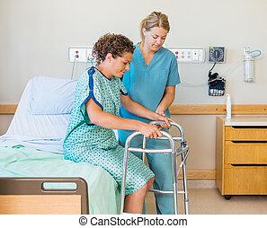 patient, mit, gehhilfe, während, krankenschwester, assistieren, sie, in, klinikum