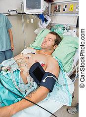 patient, mit, holter, monitor, eingeschlafen, in, prüfung raum