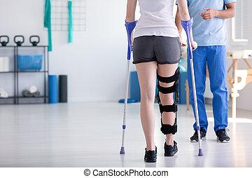 patient, mit, stiffener, auf, der, bein, gehen, mit, gehhilfe, während, rehabilitation