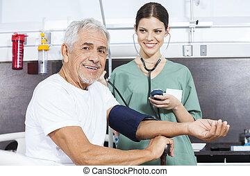 patient, vérification, jeune, pression, sanguine, infirmière, personne agee
