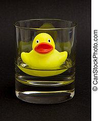 pato amarillo caucho, en, un, whiskyglass