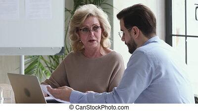 patron, coworker., discuter, milieu, mûrir, vieilli, données, femme