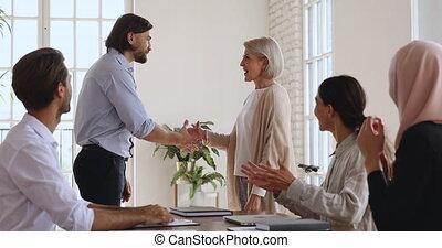 patron, femme, favorisé, rewarded, poignée main, obtenir,...