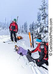 patrulha esqui, ajudando, mulher, com, perna quebrada