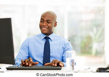 patrząc, biznesmen, ekran, komputer, afrykanin