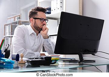 patrząc, biznesmen, ekran, komputer