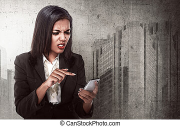 patrząc, cellphone, gniewna kobieta, handlowy