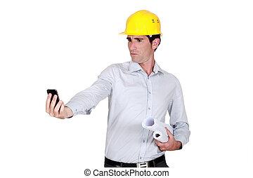 patrząc, cellphone, jego, architekt