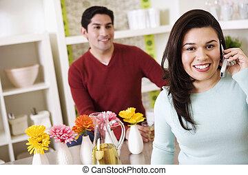 patrząc, cellphone, kobieta, młody, mąż