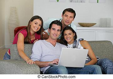 patrząc, cztery, komputer, przyjaciele, fotografie