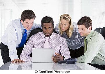 patrząc, cztery, laptop, businesspeople, sala konferencyjna