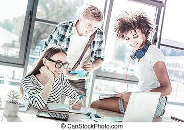 patrząc, dodatni, koledzy, komputer, uszczęśliwiony