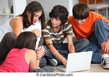 patrząc, ekran, komputer, nastolatki