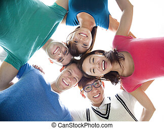patrząc, grupa, młody, na dół, student, szczęśliwy