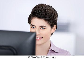 patrząc, kobieta interesu, komputer, biuro