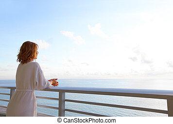 patrząc, kobieta, ocean., szczęśliwy