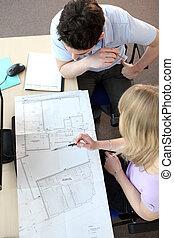 patrząc, koledzy, architekt, rysunki