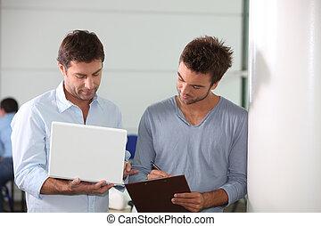 patrząc, koledzy, komputer, laptop