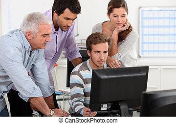 patrząc, koledzy, komputer