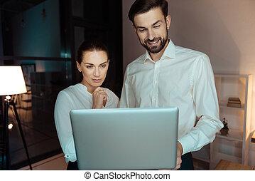 patrząc, koledzy, komputer, przyjacielski