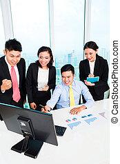 patrząc, komputer, businesspeople, biuro