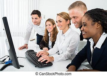 patrząc, komputer, businesspeople