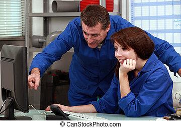 patrząc, komputer, instalatorzy