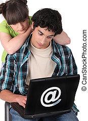 patrząc, laptop, ekran, dwa, nastolatki