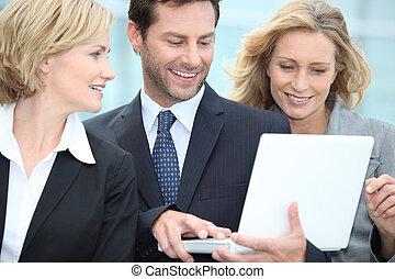 patrząc, laptop, handlowy zaludniają