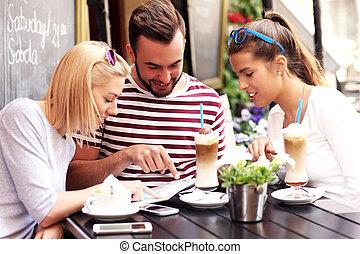 patrząc, mapa, kawiarnia, grupa, turyści