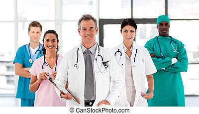 patrząc, medyczny, aparat fotograficzny, uśmiechanie się, drużyna