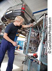 patrząc, naprawiając, narzędzia, mechanik