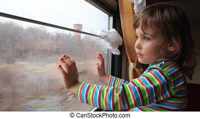 patrząc, okno, pociąg, przez, ruchomy, dziewczyna