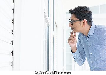 patrząc, okno, przez, człowiek