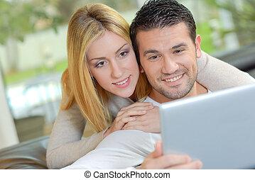 patrząc, para, ekran komputerowy