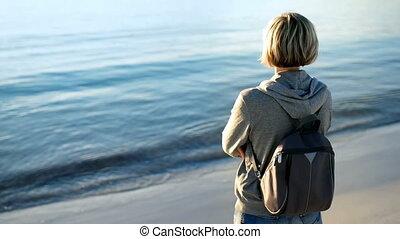 patrząc, plecak, kobieta, morze