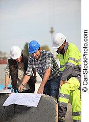 patrząc, pracownicy, zbudowanie, plany, umiejscawiać