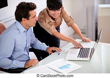 patrząc, profesjonalny, koledzy, komputer, dwa