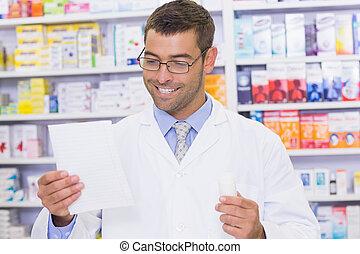 patrząc, recepta, farmaceuta, szczęśliwy