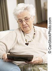 patrząc, senior, fotografia, kobieta, ułożyć