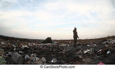 patrząc, stos, jadło, bezrobotny, landfill, video, brudny,...
