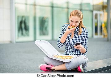 patrząc, telefon, jedzenie, nastolatek, pizza