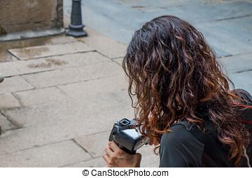 patrząc, turysta, do góry, na dół, aparat fotograficzny., zamknięcie