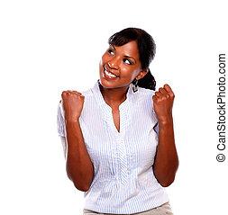 patrząc, uśmiechnięta kobieta, afro-amerikanka, do góry