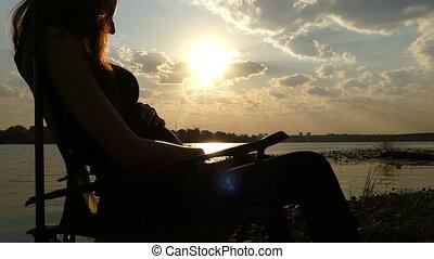 pats, femme, elle, slo-mo, pregnant, jeune, coucher soleil, ventre, assied, riverbank
