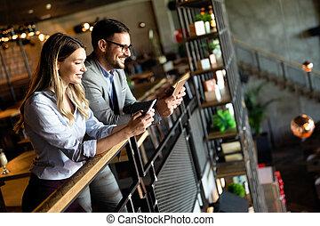 pausa caffè, colleghi, durante, conversazione, affari, detenere