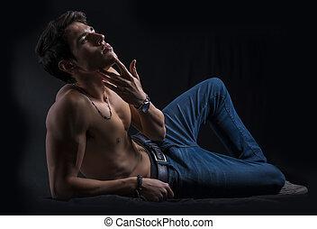 pavimento, shirtless, posa, giovane, muscolare, giù, uomo, bello