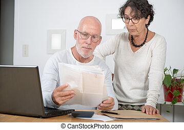 payant, couple, leur, maison, personne agee, factures, ordinateur portable