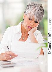 payant, femme, elle, accentué, personne agee, factures